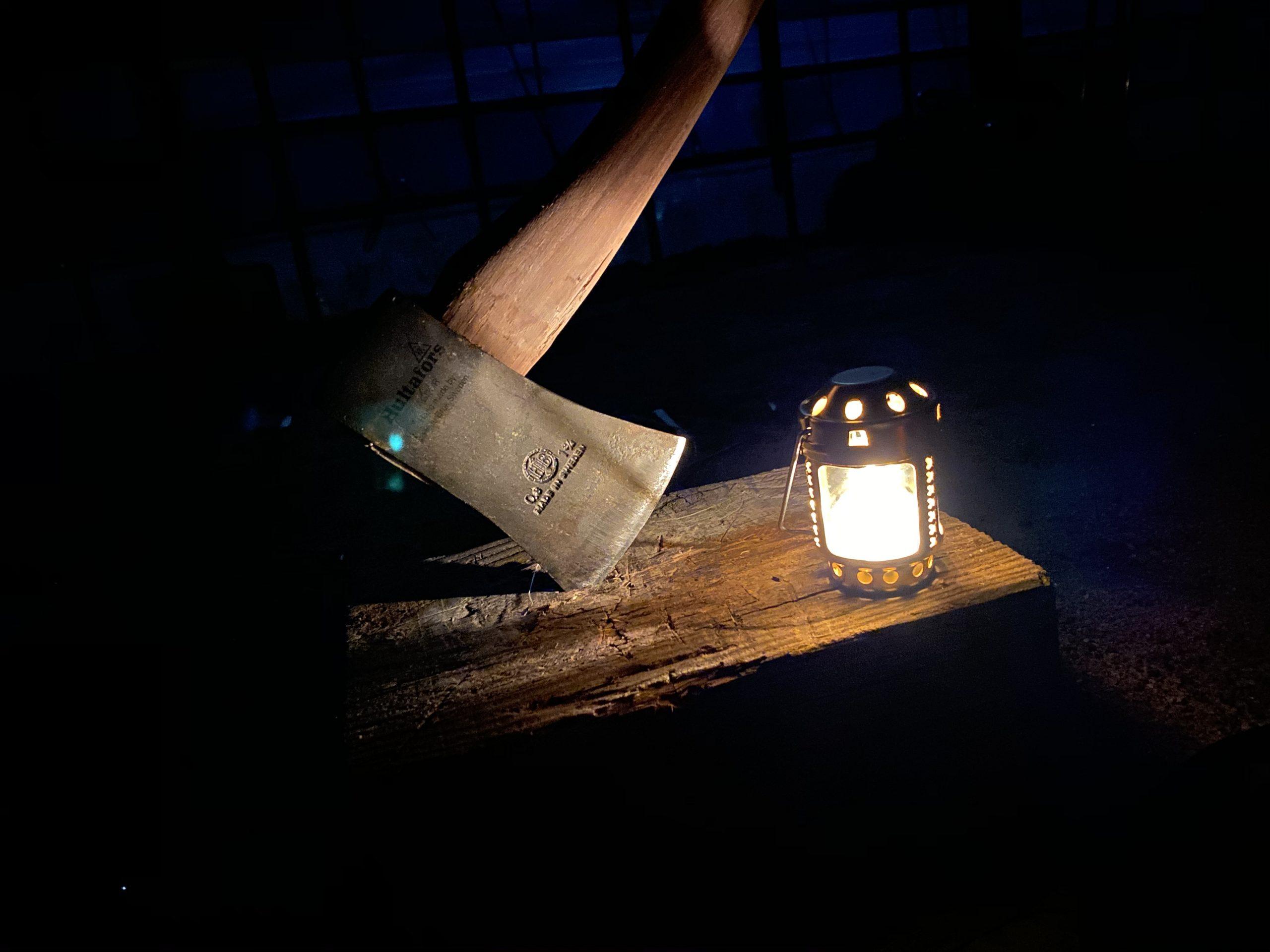 ランタンと手斧